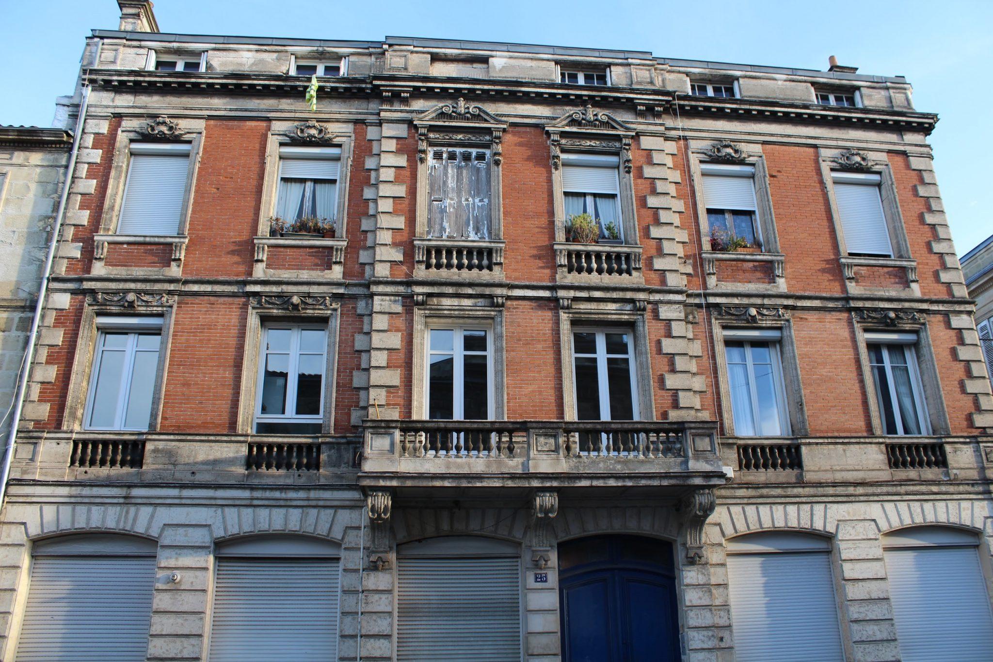 Immeuble aux briques rouges