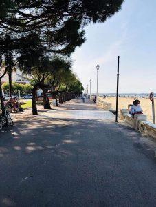 Promenade au bord de la plage d'Arcachon