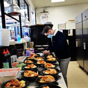 Préparation des repas offerts aux étudiants